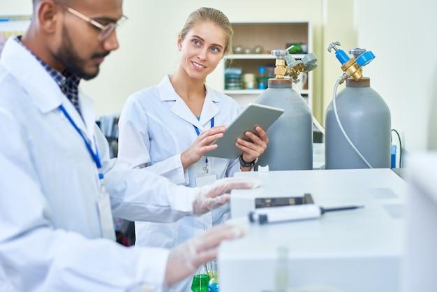 Assistente feminino sorridente, perguntando o médico de medicina