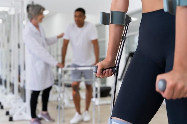 Assistente médico ajudando pacientes com exercícios de fisioterapia
