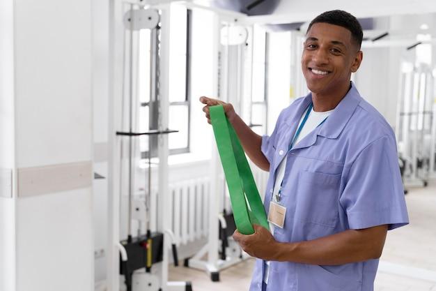 Assistente médico se preparando para exercícios de fisioterapia