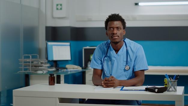 Assistente médico usando comunicação de videochamada remota