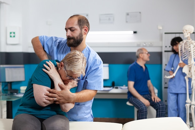 Assistente osteopático estalando costas e ossos do ombro