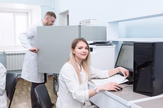 Assistentes de laboratório jovem usando laptop