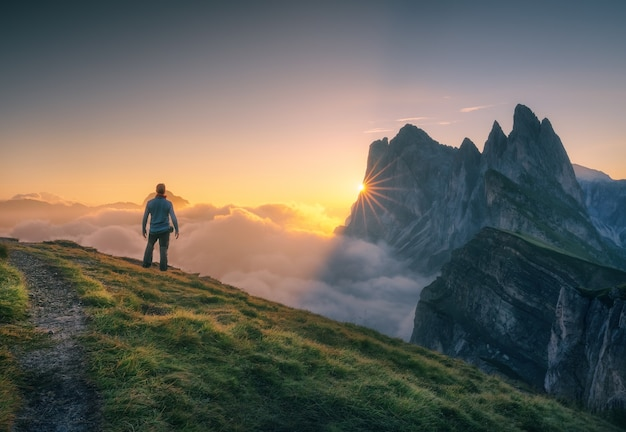 Assistindo ao nascer do sol no pico seceda, dolomitas italianas