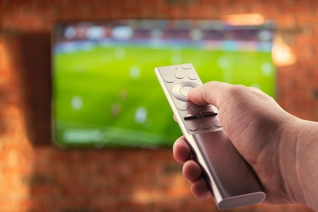Assistindo futebol na tv