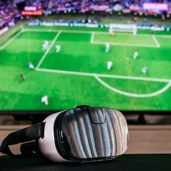 Assistindo o conceito de futebol com óculos vr