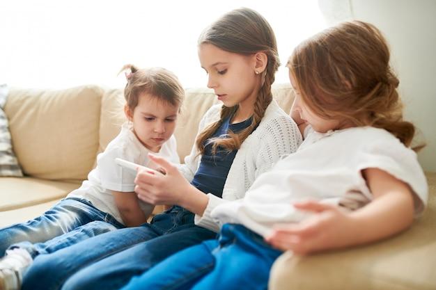 Assistindo programa educacional com irmãs