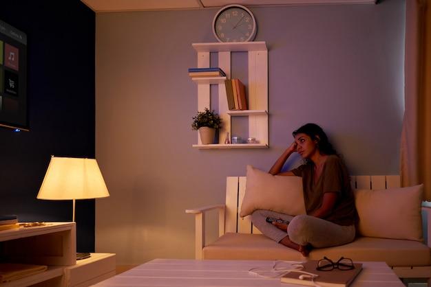 Assistindo tv à noite