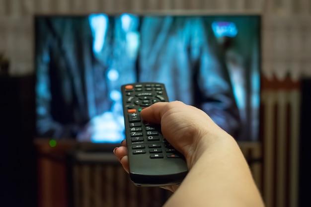 Assistindo tv e usando o controle remoto