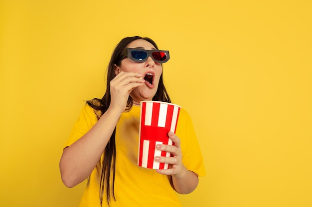 Assistir cinema com óculos 3d e pipoca