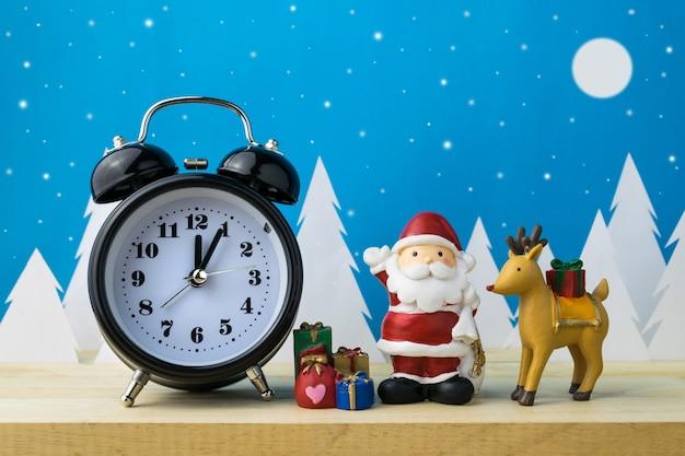 Assistir e crianças brinquedos para decoração de natal.