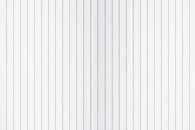 Assoalho de madeira com paredes brancas.