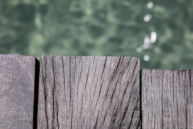 Assoalho de madeira com um fundo da água do mar
