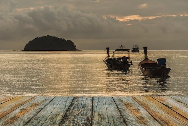 Assoalho de madeira no barco de pesca no mar