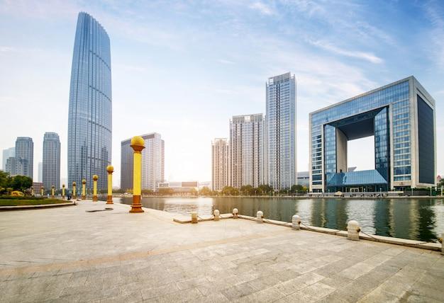 Assoalho telhado vazio e skyline urbana, porcelana de tianjin.