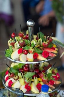 Assori de frutas com morangos e maçãs em uma travessa