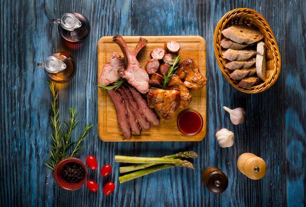 Assorted carne defumada em fundo de madeira rústica