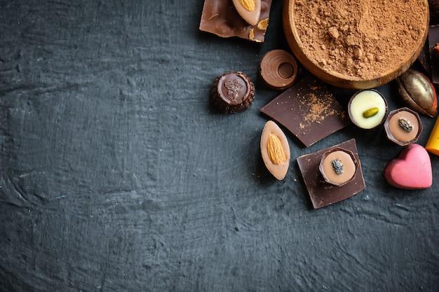 Assorted chocolate e cacau em pó preto