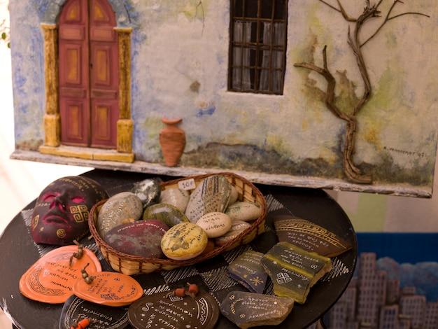 Assorted decorataive itens em exposição em atenas na grécia