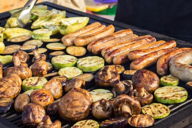 Assorted deliciosa carne grelhada com legumes sobre as brasas em um churrasco