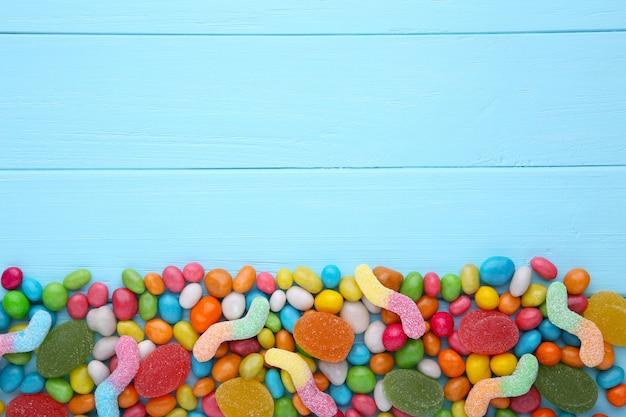 Assorted mistura de vários doces e geléias em fundo azul