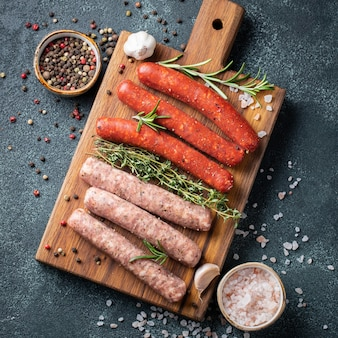 Assorted salsichas frescas crus.