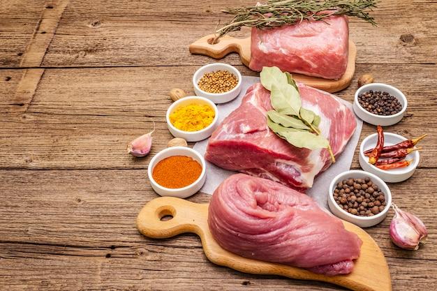 Assorted vários cortes de carne de porco fresca. carne crua com especiarias. lombinho, omoplata, pescoço