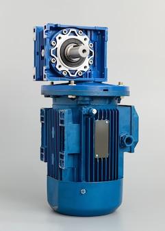 Assunto da caixa de engrenagens do motor azul em fundo cinza claro, vista lateral