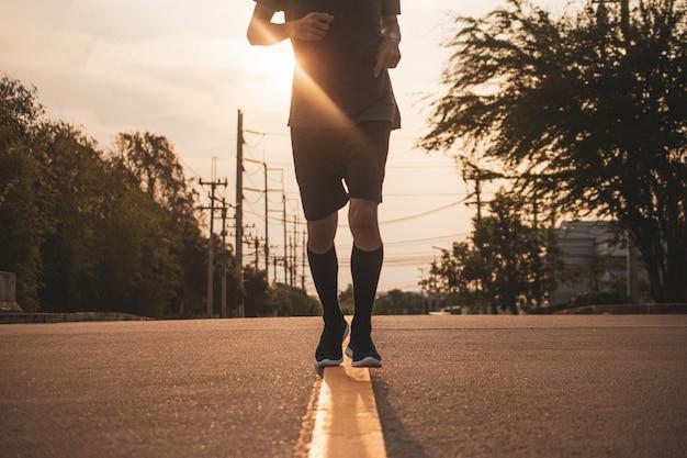 Assunto embaçado homem correndo na estrada