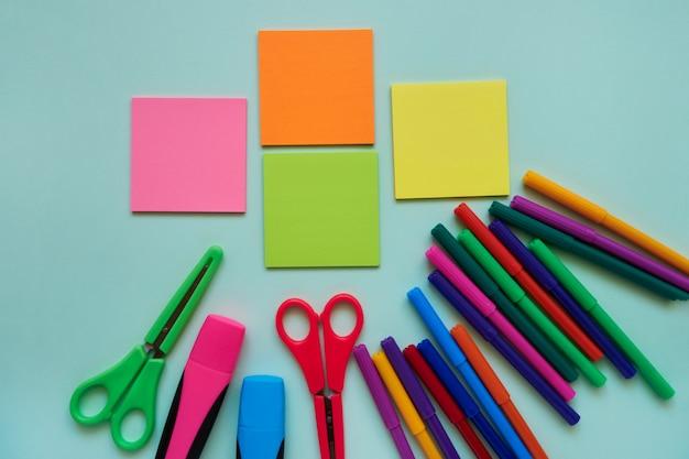Assuntos de escola em um fundo azul. volta ao conceito de escola. lay plana, copie o espaço
