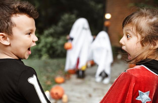 Assustado criancinhas no halloween