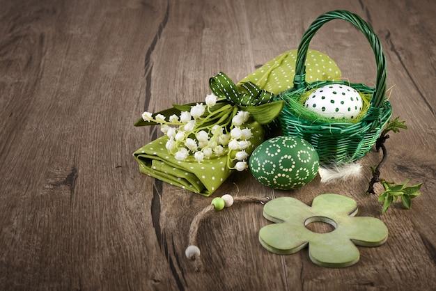 Áster ovos lírio do vale e decorações de primavera em madeira