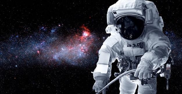 Astronauta astronauta faz caminhada espacial enquanto trabalha para a estação espacial