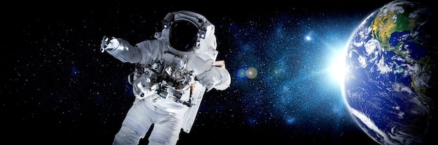 Astronauta astronauta faz caminhada no espaço enquanto trabalha para a estação espacial
