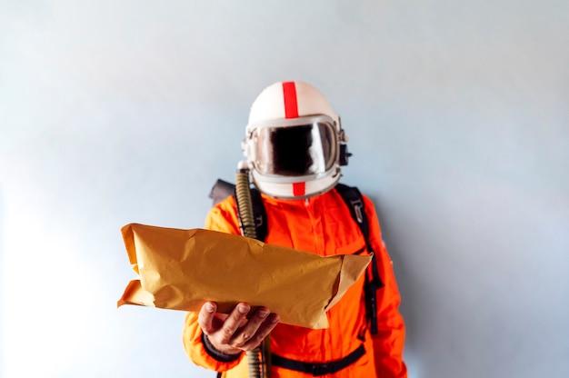 Astronauta entregando um pacote