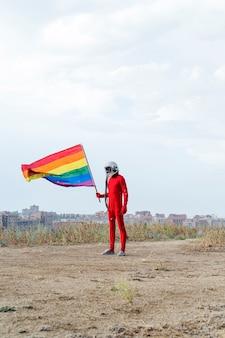 Astronauta segurando uma bandeira lgbt - orgulho gay lgbt.