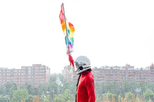 Astronauta segurando uma bandeira lgbt