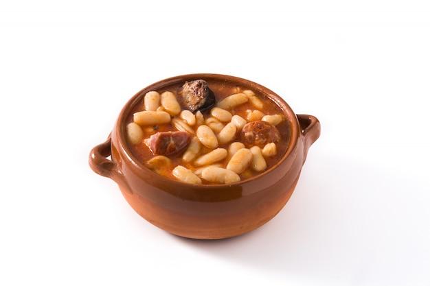 Asturiana espanhol típico do fabada isolado na superfície branca.