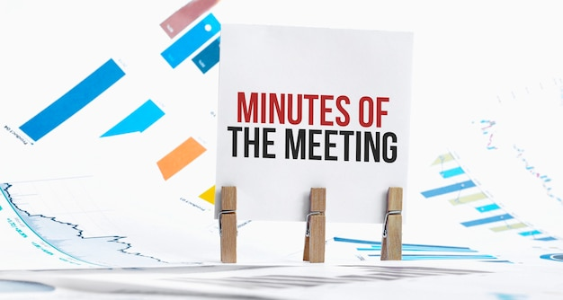 Ata da reunião texto em folha de papel com gráfico, dados, óculos, caneta, laptop e azul