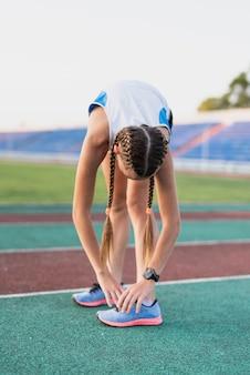Atacadores esportivos jovens de sapatos de amarrar