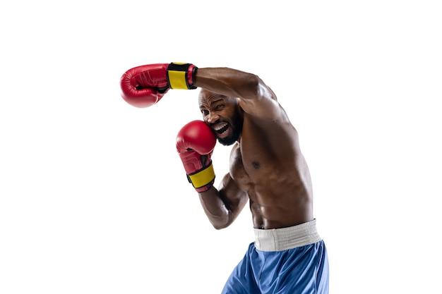 Atacando emoções brilhantes e engraçadas de boxeador afro-americano profissional isolado no branco