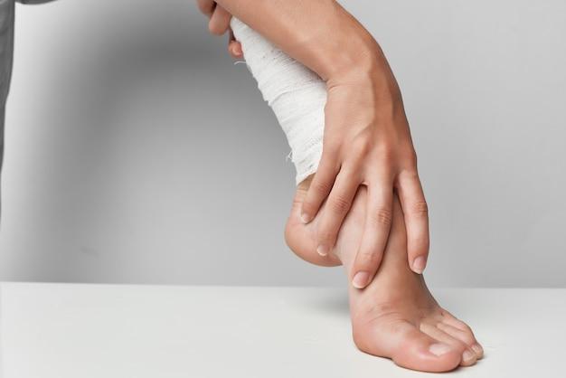 Atadura de psicoterapia de problemas de saúde de lesão de perna. foto de alta qualidade