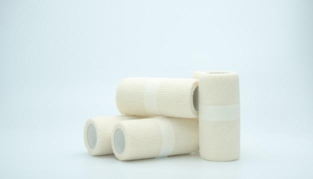 Atadura elástica coesiva médica isolada no fundo branco, com espaço de cópia