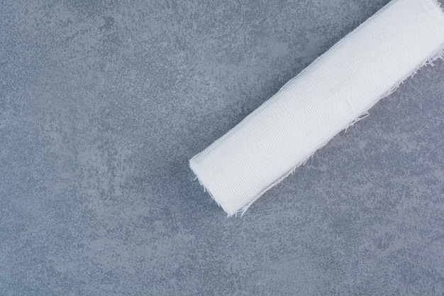 Atadura médica branca na superfície de mármore