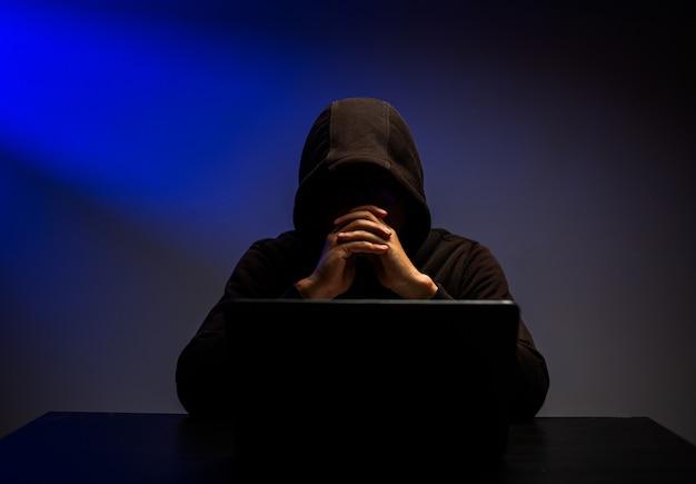Ataque cibernético que rouba informações com programa para hackear senha e dados pessoais. teclado de digitação de hacker com laptop para sistema de pesquisa e ataque.