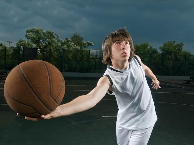 Ataque pelo jogador de basquete