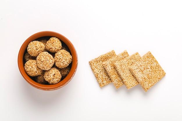 Até chikki e bola de gergelim, prato doce indiano feito com açúcar mascavo e sementes de gergelim.