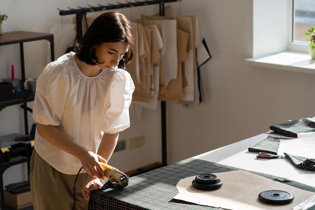 Atelier de dona de empresa, mulher, designer, alfaiate, trabalho em estúdio, corte material para estampas