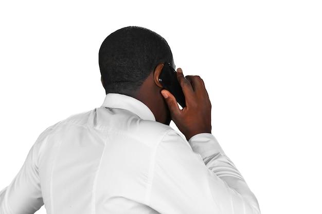 Atender celular afro-americano.
