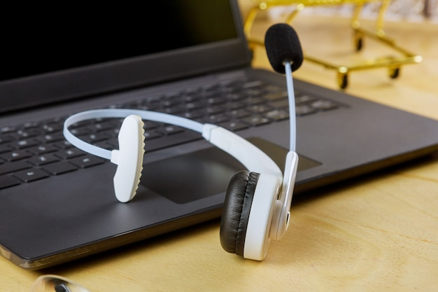 Atendimento ao cliente, atendimento ao cliente, mesa de escritório com fone de ouvido, atendimento ao centro de atendimento usando o computador