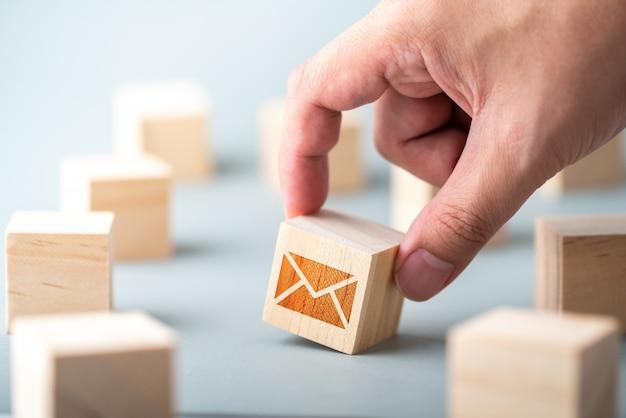 Atendimento ao cliente e entre em contato conosco ícone no teclado cubo de madeira